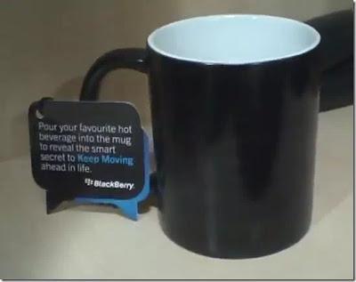 En la imagen vemos una simple taza de café con un pequeño mensaje el cual está metido en el logo de conversación el BlackBerry Messenger, El lanzamiento del BlackBerry 10 en la India será esté 25 de febrero y a todo el equipo de BlackBerry en la India les llego está invitación, A simple vista parece una taza común y corriente, Pero al echarle agua fria tienes que ver lo que pasa, Aquí te dejamos el vídeo a continuación: Fuente:mundoberry