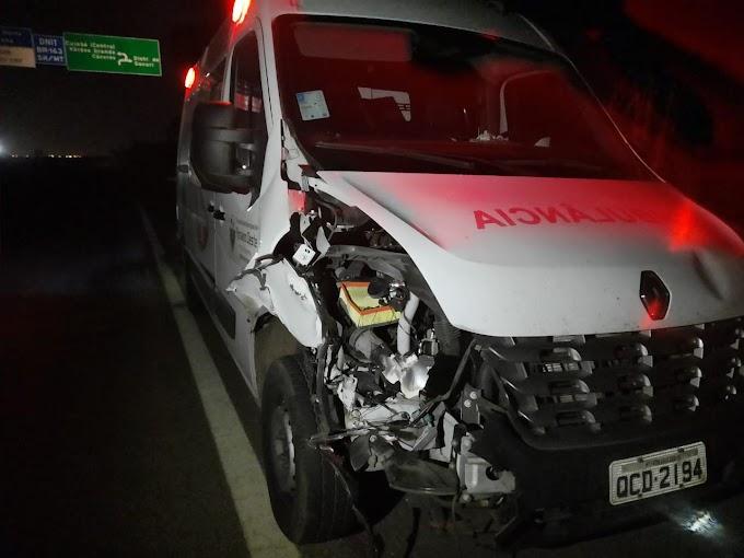 Ambulância da Prefeitura de Rosário Oeste com 4 pessoas bate em boi e fica danificada