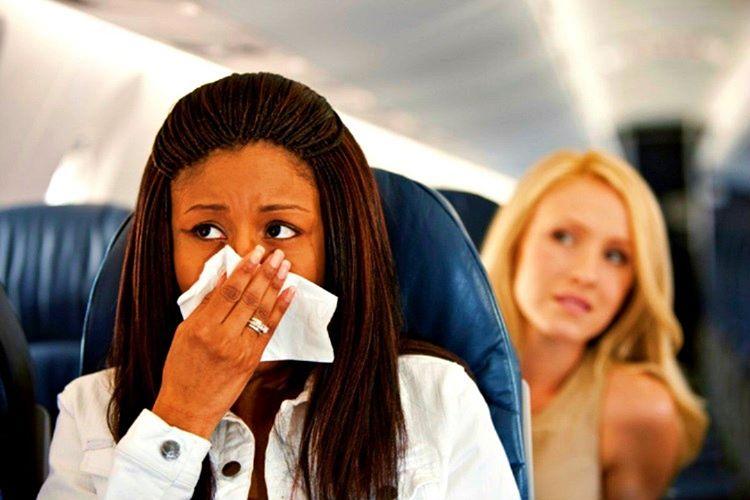 Ne kadar uçak kokusu sıkılırsa sıkılsın kötü kokan bir şey varsa diğer yolcuları rahatsız edecektir.