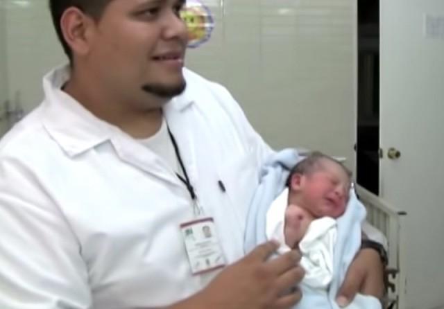 Мужчина нашел в парке брошенную новорожденную девочку. То, что он потом сделал, просто невероятно!!!