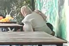 Sepasang Remaja Vulgar Berbuat Asusila di Kafe Tuban
