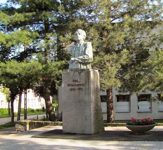 Pomnik Emila Zegadłowicza w Wadowicach, dłuta Franciszka Suknarowskiego odsłonięty z 1968 roku.