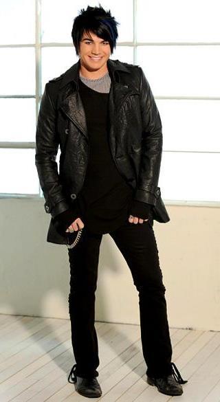 Foto de Adam Lambert  posando parado