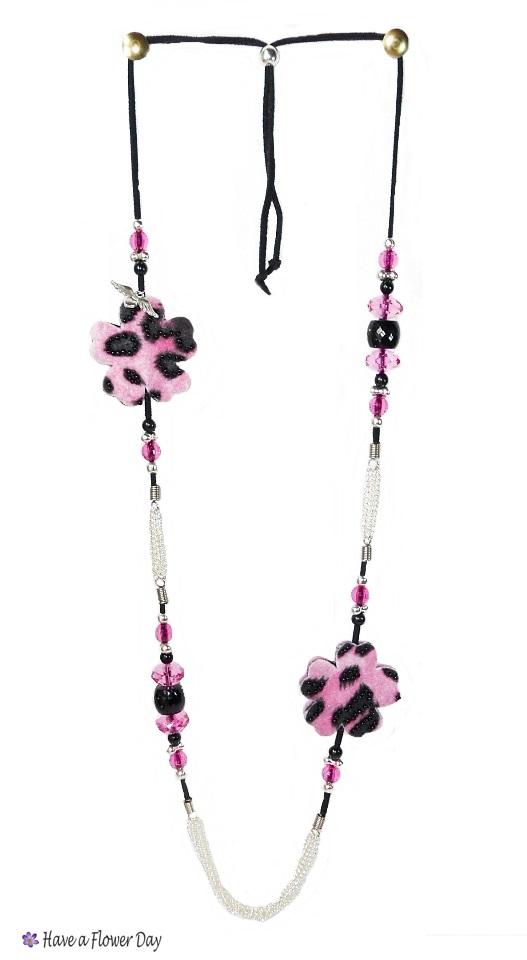 UNIA. Collar con flores leopardo rosa · Pink leopard print flowers necklace
