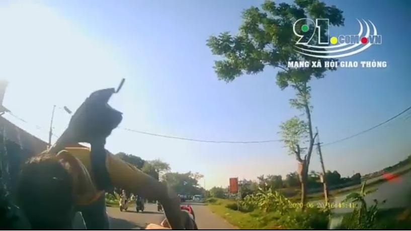 Điều khiển xe đạp điện thiếu quan sát, nam học sinh đã lấn đấu đầu trực diện vào ô tô.