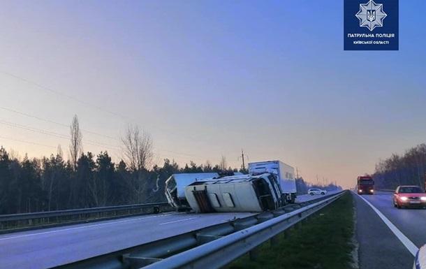 На трасі Київ-Одеса вантажівка протаранила автобуси: двоє загиблих
