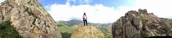 Una fotografía panorámica en la que estoy sobre una de las piedras enormes de la Peña de Bernal  (Photo Leslie Mazoch)