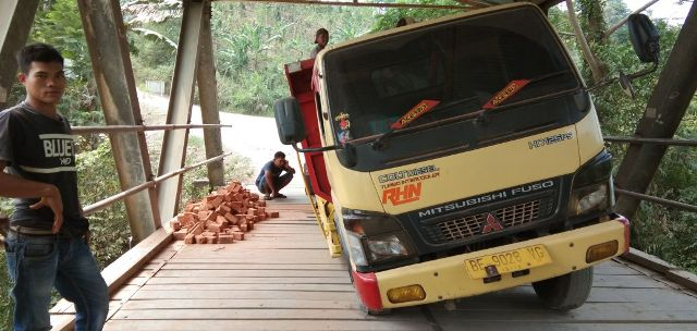 Truck Sarat Muatan Rusak Lantai Jembatan Tuguratu
