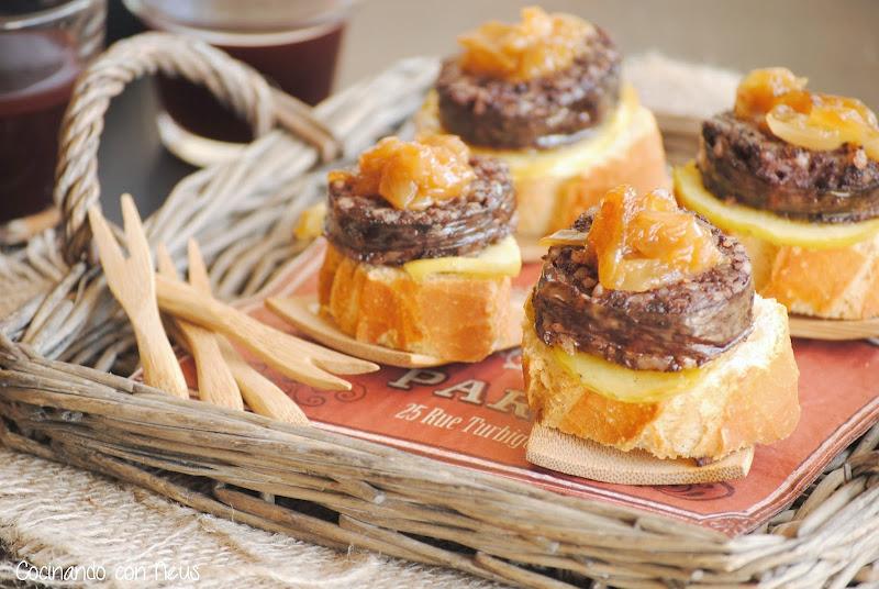 Montadito de morcilla Burgos con cebolla y manzana caramelizada