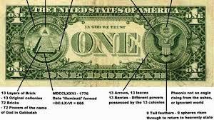 "Jika Anda pernah melihat lebih dekat uang kertas dolar AS, Anda mungkin pernah melihat All-Seeing Eye di atas piramida. Simbol ini adalah simbol Freemason, dan bahasa Latin di bawahnya adalah semboyan Freemason, yang berarti ""tatanan dunia baru"".  Banyak yang mengatakan bahwa keputusan untuk memasukkan simbol masonik ini tidak dipengaruhi oleh Freemason, karena Benjamin Franklin menjadi satu-satunya Mason di komite desain, tetapi itu kebetulan dan tetap menarik."