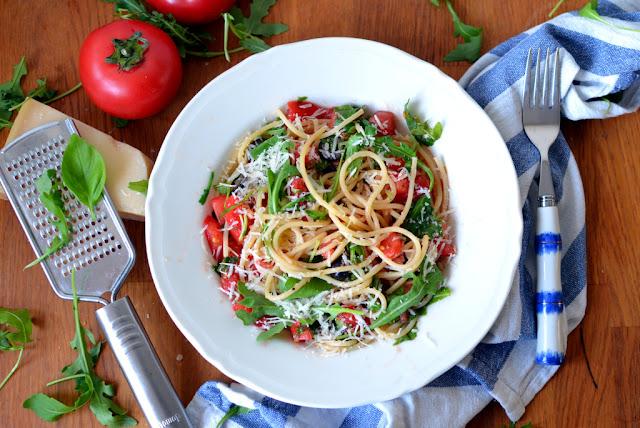 spaghetti%2Bz%2Bsurowymi%2Bpomidorami%2Bi%2Brukol%25C4%2585 Spaghetti z surowymi pomidorami, rukolą i oliwą