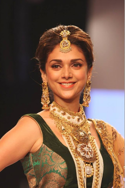 Aditi Rao Hydari walk the ramp for Dipti & Amisha at IIJW-2013