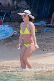 Britney-Spears-rocks-an-itty-bitty-yellow-bikini-at-the-beach-in-Hawaii.-u7dxipaf1n.jpg