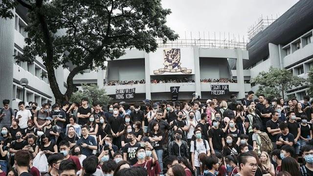 Tízezrek vonultak az utcára: újabb összecsapások Hongkongban