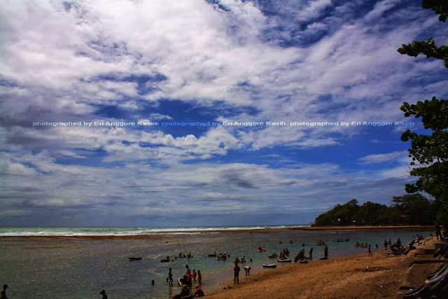 Di Pantai Sindangkerta kalo cerah nampaknya asyik buat berenang.