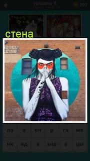 на стене дома нарисован рисунок девушки в виде граффити