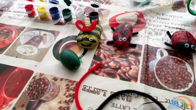 Piedras pintadas con témperas y decoradas con ojos y limpiapipas