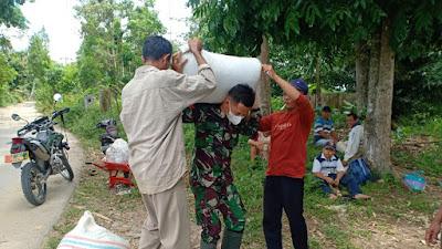 Saat Istirahat, Satgas TMMD Kodim 0204/DS Ingatkan Warga Bahaya Wabah Corona