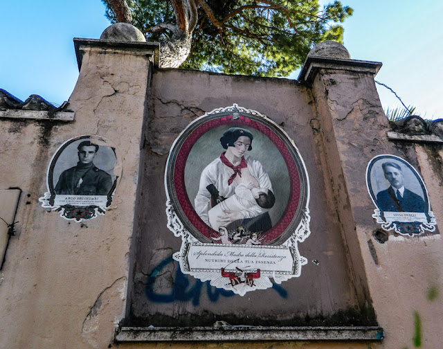 Homenagem a combatentes antifascistas em um muro da Via Ostiense, em Roma