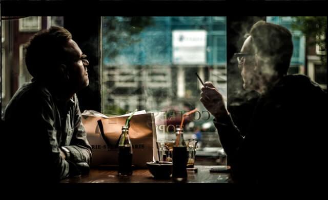 Clientes em Coffee Shop na Holanda