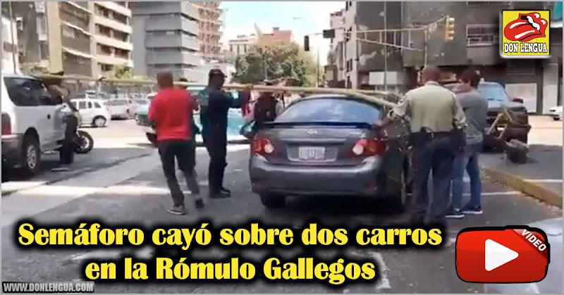 Semáforo cayó sobre dos carros en la Rómulo Gallegos