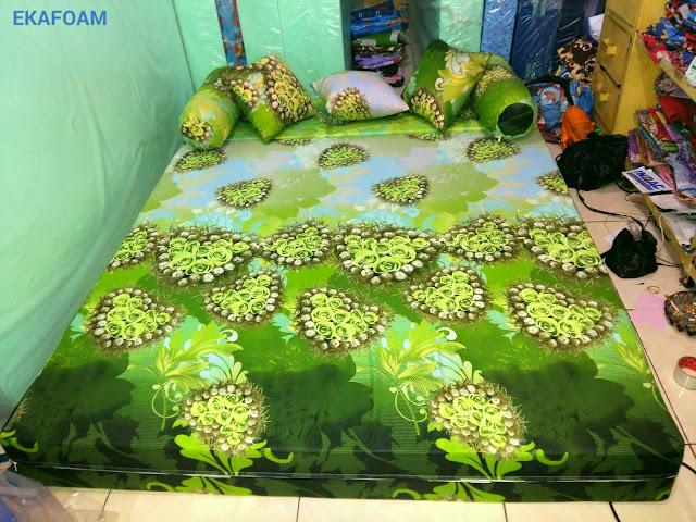 Sofa bed inoac motif ijo bunga anggur saat di fungsikan sebagai kasur