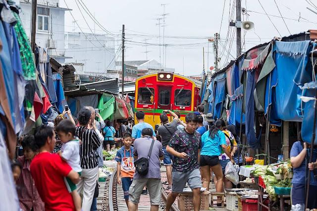 Mỗi ngày, các tiểu thương ở Maeklong sẽ phải thực hiện thao tác này tám lần tương ứng với tám chuyến tàu đi qua.