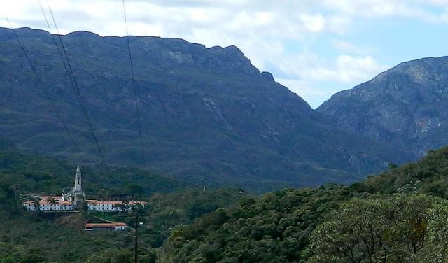 Santuário do Caraça visto de um mirante do Parque Natural do Caraça