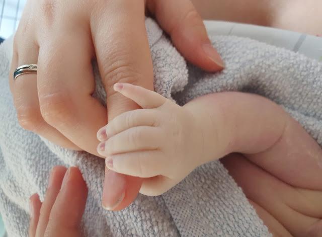 Wenn Dein Kind kurz nach der Geburt sterben wird: Linas palliative Geburt. Julia und ihr Mann erhielten während der Schwangerschaft die erschütternde Diagnose des Cornelia-de-Lange  Syndrom und weiterer Krankheiten für ihr Baby. Trotzdem haben sie sich gegen eine Spätabtreibung und für das Weitertragen entschieden. In ihrem Bericht beschreibt Mutter Julia ihre Erfahrungen und Emotionen bei der Palliativgeburt von Lina, bei der Glück und Trauer einander abwechselten und die eine gute Alternative für die Familie war.
