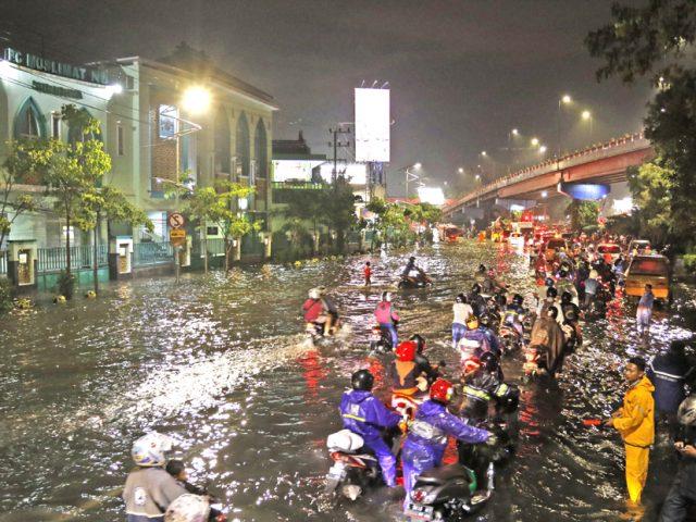 Hujan 2 Jam, Pompa Rusak, Banjir Surabaya Sulit Surut
