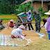 Wujud kepedulian, Personil Satgas Pra TMMD Ke111 Kodim 0306/50 Kota Bantu Warga Memanen Padi