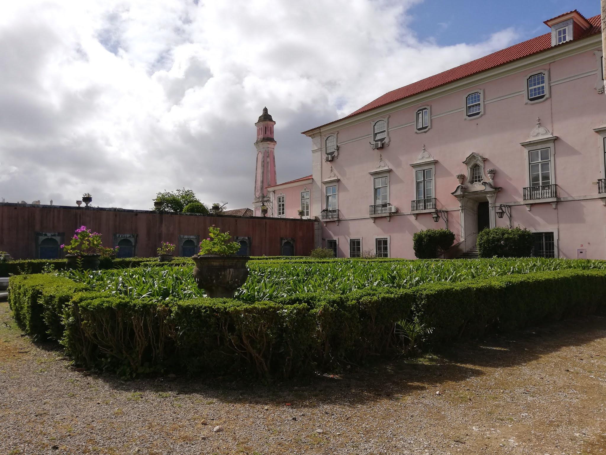 Lateral do palácio, visto através do portão fechado.