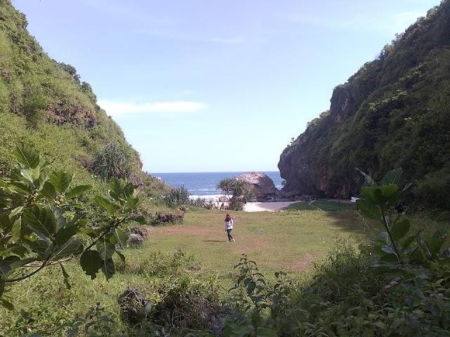 Perjalanan Menuju Pantai Wohkudu, Pantai Dengan Pemandangan Gunung dan Laut