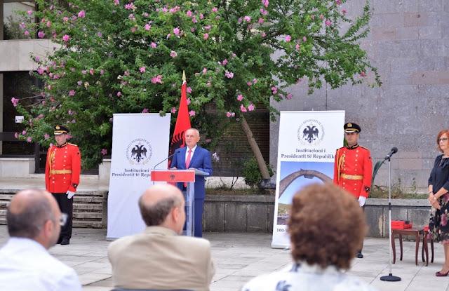 Giovanni Valenza è onorato dal presidente albanese con il Cavaliere dell'Ordine della Bandiera