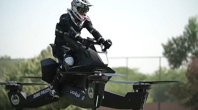 H αστυνομία του Ντουμπάι εκπαιδεύει τους αστυνομικούς στην οδήγηση ιπτάμενων μηχανών