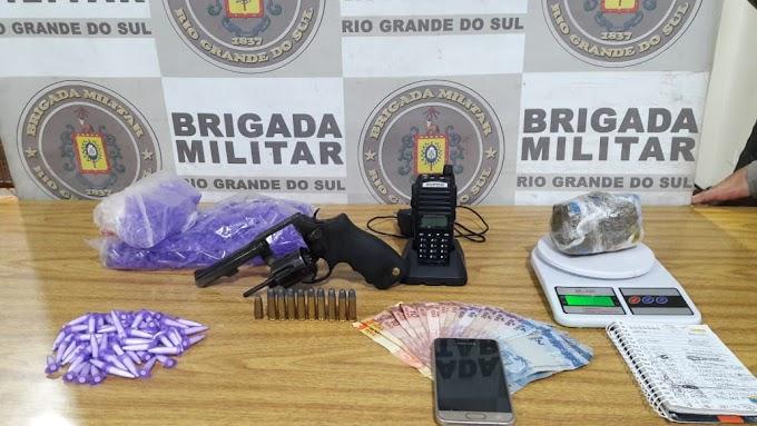 Mulher é presa pela Brigada Militar por tráfico e porte ilegal de arma de fogo em Gravataí