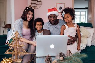 Família assistindo programa de Natal