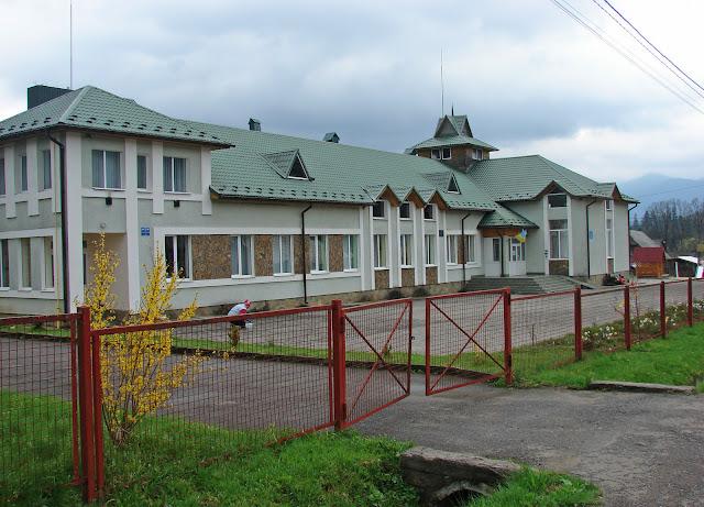 Новое здание школы, в котором также находится фельдшерско-акушерский пункт