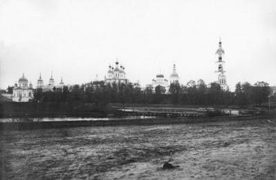 Η Ιερά Μονή της Αγίας Τριάδος στο Ντιβέγιεβο  (στα ρωσικά: Свято-Троицкий Серафимо   -Дивеевский Монастырь)  από τη πλευρά του ποταμού Σαρώφκα.