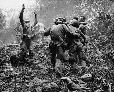 PLATOON (DUAL ÁUDIO/1080P) - 1986 Vietnam-war-iconic-ph_evan