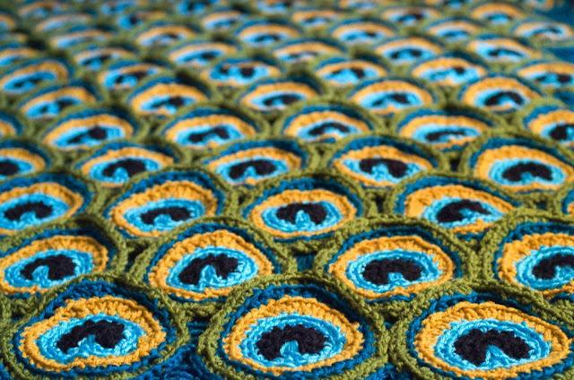 Adeta tavus kuşu tüylerine benzeyen bu motiflerle yapılan battaniyeden gözlerimi alamadım doğrusu. Detaylara buradan ulaşabilirsiniz.