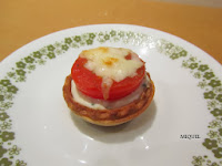 Tartaletas de queso , hierbas aromáticas y tomate