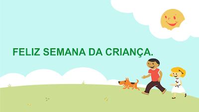 A foto mostra duas crianças felizes com seu cãozinho de estimação brincando no parque num dia de Sol resplandecente.