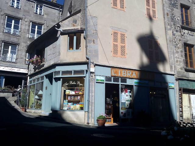 libraire d'Aux belles pages lors de notre séjour à Murat dans le Cantal.
