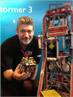 Pembuat robot MultiCuber 999 yang tercatat dalam rekor dunia