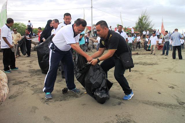 Sudirman Said Pungut Sampah di Banda Aceh
