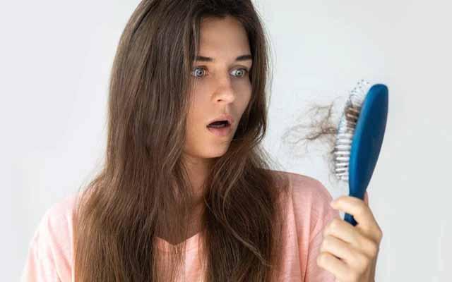 Hair Fall Rokne Ke Upay in Hindi | झडते बालों को झड़ने से बचाने के 10 घरेलू उपाय