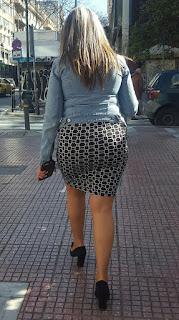 Sexy señora ropa entallada caminando calle