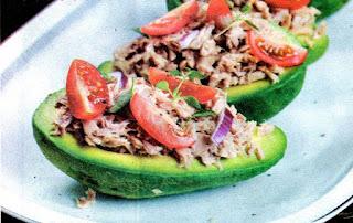 salat-s-tuncom-v-lodochkakh-iz-avokado