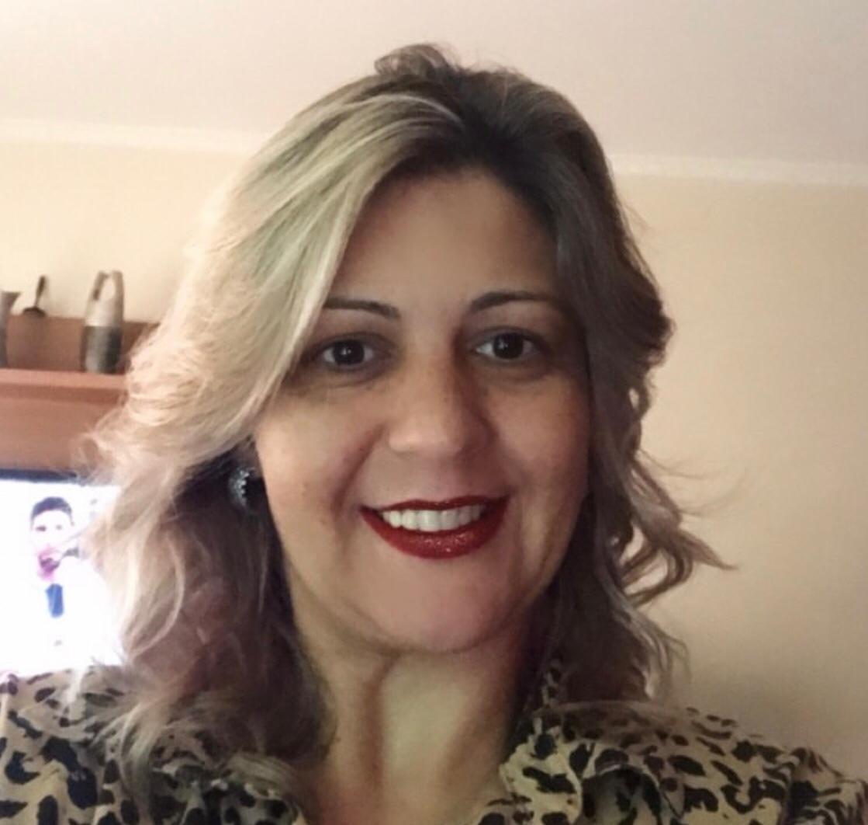 """c8b7b0601c33 A vibrante Lilian Vaccaro é a """"head chef"""" na Editora Coerência, cujo  diferencial é o cuidado e o profissionalismo com que trata cada escritor."""
